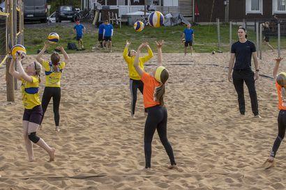 """Lentopalloseura Ettan yleispelaaja Janne Marttila opastaa junioreita beach volleyn saloihin – """"Lapsilta on tullut välillä hieman kuittia"""""""