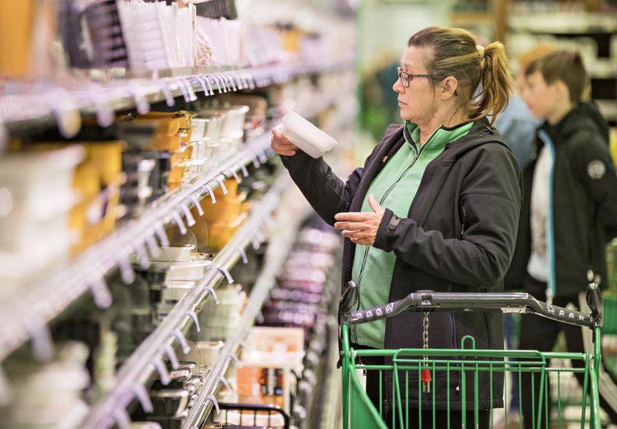 Oululainen Tarja Salmu kävi maanantai-iltana tutkailemassa 60 prosentilla alennettuja tuotteita. Limingantullin Prismasta niitä löytyi eniten lihahyllyiltä.