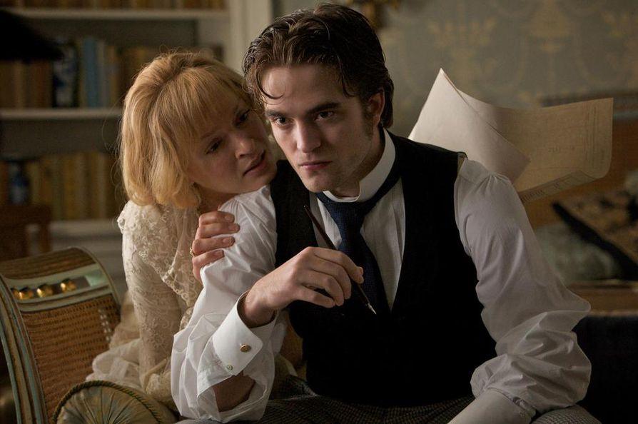 Uma Thurman ja Robert Pattinson eroottisesti värisevässä, mutta hailakaksi jäävässä draamassa Bel Ami. Se perustuu ranskalaisen Guy de Maupassantin 1800-luvun lopulla julkaistuun samannimiseen romaaniin.