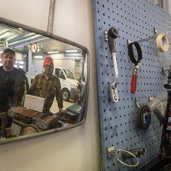 Uusi korjaamo pesee ja huoltaa – varoitusvalo nykyautojen yleisin vika