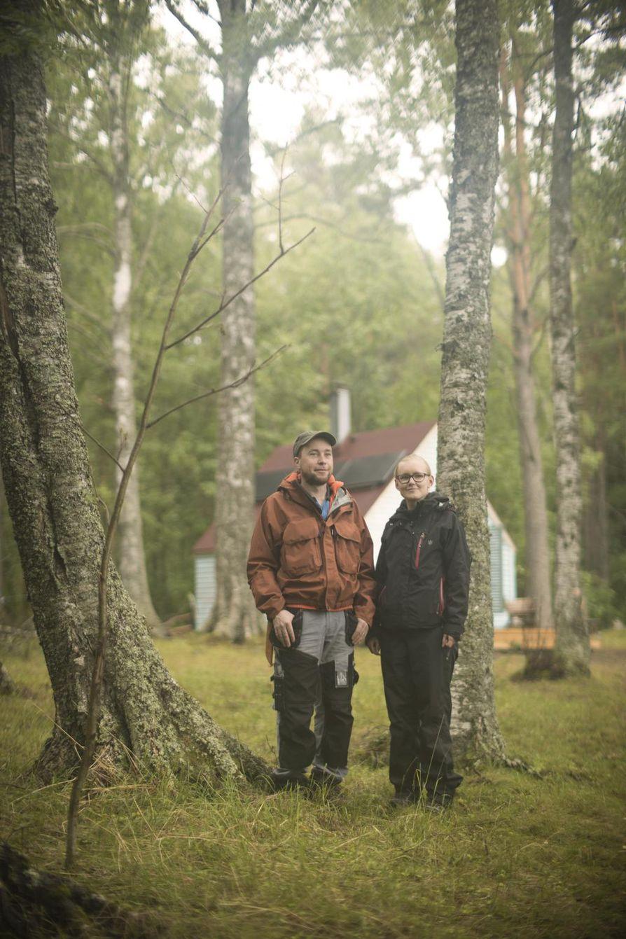 Eero Karhio ja Sini Sydänmaa nauttivat saaren rauhasta viikon. He asuvat remontoidussa mökissä, jonka virta tulee aurinkopaneeleista.