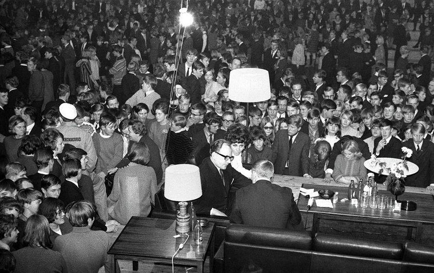 Jatkoaika Oulussa oli tapaus vuonna 1967, sohvalla istuivat televisio-ohjelman juontajista Lenita Airisto ja Kauko Saarentaus.