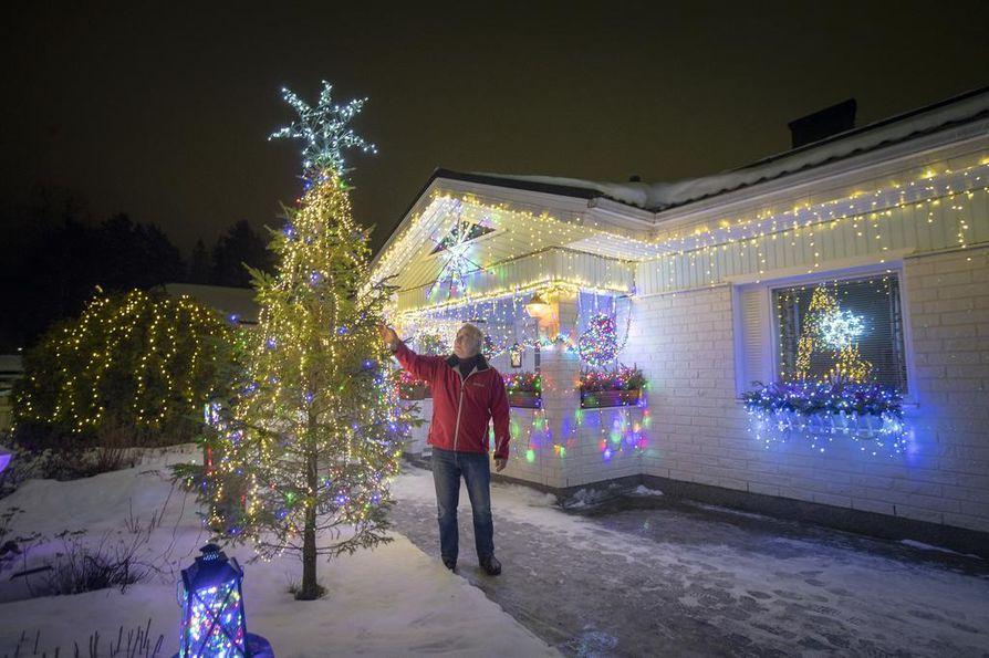 Kalle Penttilä on ripustanut kymmenittäin jouluvaloja kotinsa pihapiiriin.
