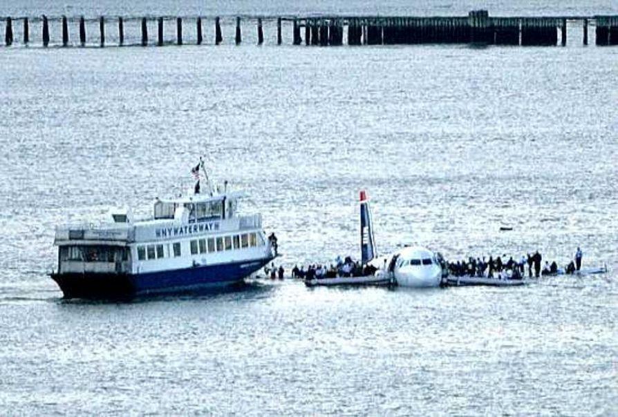 Matkustajat seisoivat Hudson-jokeen pakkolaskun tehneen lentokoneen siipien päällä New Yorkissa.