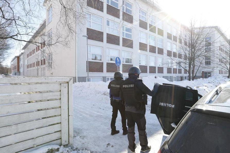 Poliisi pyysi yleisöä välttämään Teuvo Pakkalan katua perjantaina iltapäivällä.