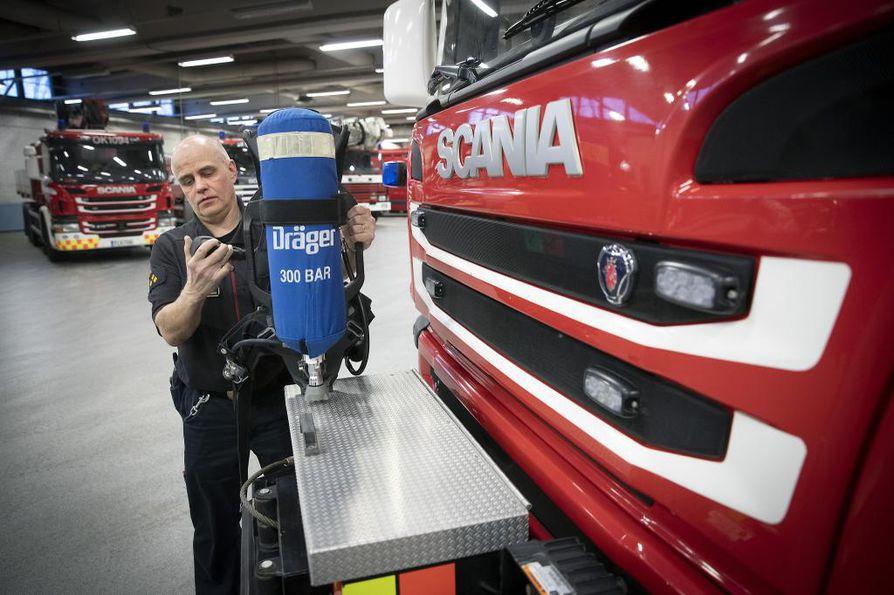 Asemamestari Jarmo Haapaniemi kehottaa ihmisiä pitämään huolta palovaroittimiensa kunnosta.