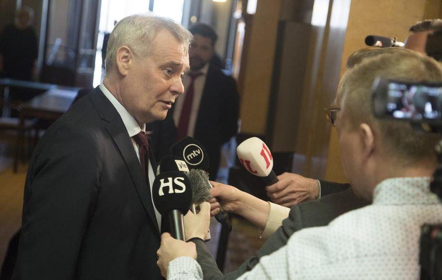 Al-Holin leirillä olevien Isis-naisten ja heidän lastensa tilanteet ovat aiheuttaneet poliittista kiistaa siitä, mitä leirillä oleville suomalaisille pitäisi tehdä. Pääministeri Antti Rinteen (sd.) mukaan tilannetta vaikeuttaa se, että heitä mahdollisesti epäillään rikoksista.