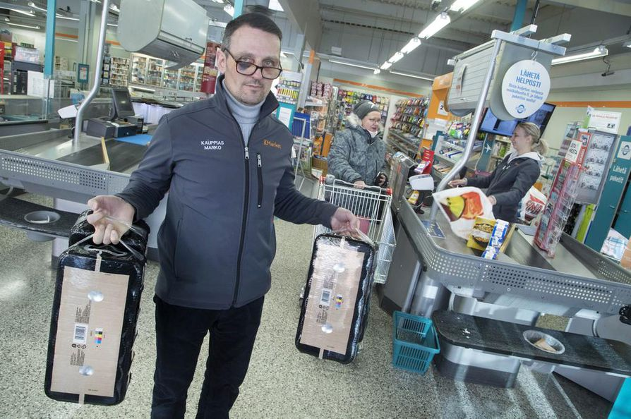 Erityisesti olutpakkaukset ovat haluttua tavaraa, ja niitä on varastettu jopa 30 pakkauksen viikkovauhtia, kertoo oululaislähtöinen kauppias Marko Hoikkaniemi. Hän on itse joutunut varkaan pahoinpitelemäksi estäessään tekoa ja vaatii toimia varkaiden kuriin saamiseksi.