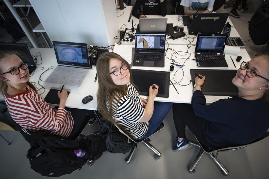 Janette Paavilainen, 15, Anna Hepolammi,15, ja Pinja Pirtala, 17, työskentelevät graafikkoina. Paavilainen tekee mainosjulistetta Liikkuva linna-elokuvalle, Hepolammella on kesken mainos tallille, ja Pirtala suunnittelee voimisteluhallia.