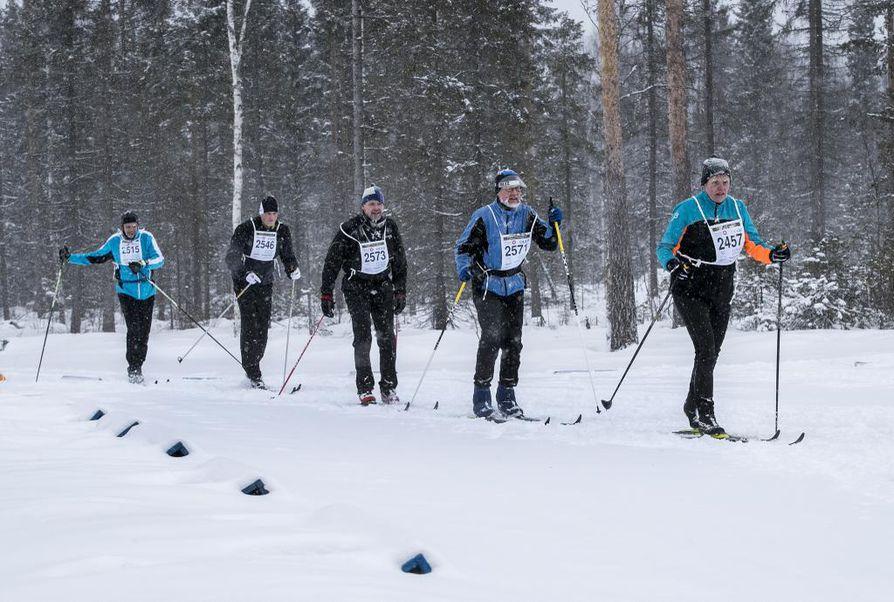 Tervahiihto on hiihdetty viime vuosina reitillä Utajärvi-Muhos-Oulu, mutta tämän hetken lumimäärillä ladun tekeminen näyttää epävarmalta. Kuva vuoden 2019 Tervahiihdosta.