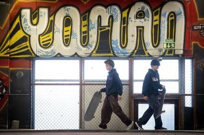 Oulun Rullalautailijat ry oli jo laittamassa lappua Hiukkavaaran skeittihallin luukulle – kaupungin rahat pelastivat, mutta apu saattaa jäädä tilapäiseksi
