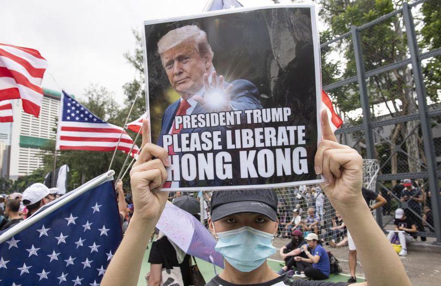 Mielenosoittajat kantoivat mukanaan Yhdysvaltojen lippuja ja kylttejä, joissa he vetosivat Yhdysvaltojen presidenttiin Donald Trumpiin, jotta tämä vapauttaisi Hongkongin.