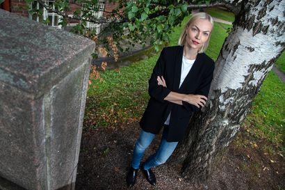 """Vaalikomeetta Minja Koskela toivoo, ettei feminismiä käytetä brändityökaluna – """"Ei ole niin tärkeää, kutsuuko itseään feministiksi, sillä teot ratkaisevat"""""""