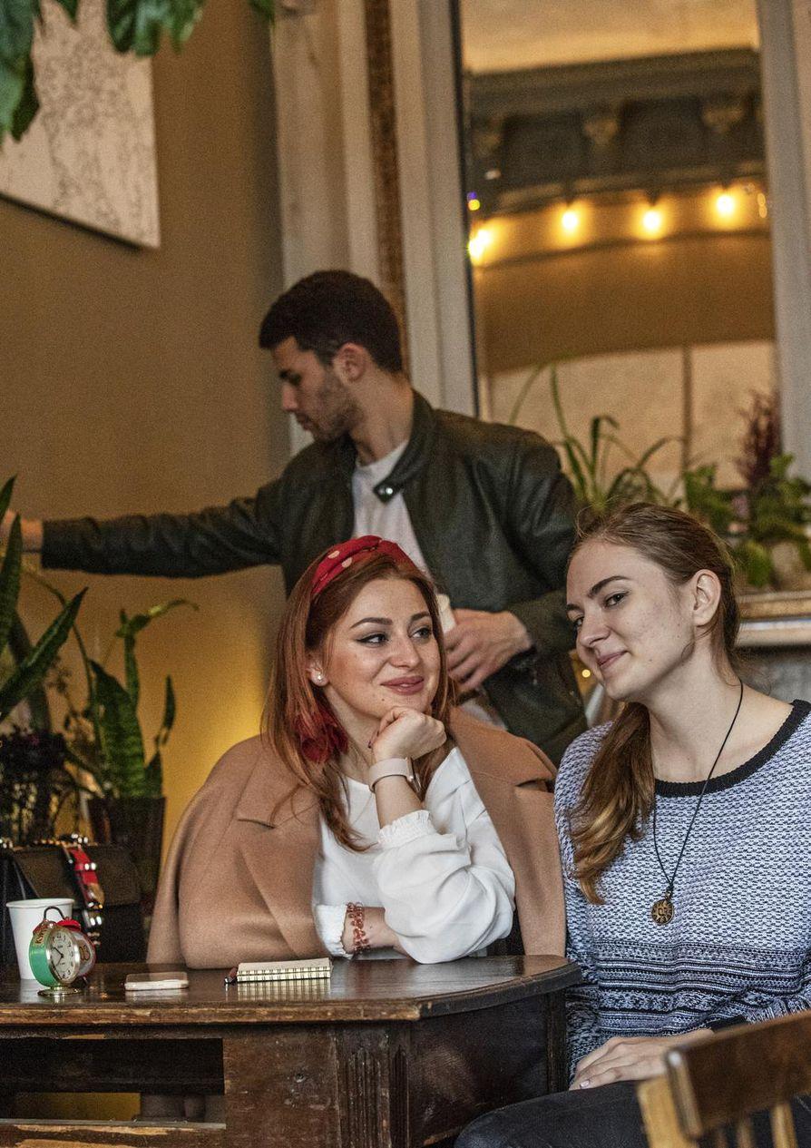 Maria Sherherbak ja Eva Mitiasova ovat kiinnostuneita musiikista enemmän kuin politiikasta.