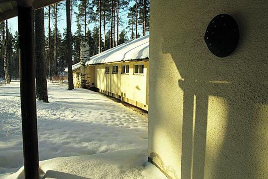 Kuuluisin arkkitehti Aarne Ervin suunnittelemista Leppiniemen rakennuksista on vierasmaja. Materiaaleissa korostuvat luonnon elementit ja värit: kivirakennusten valkoinen rappaus, tummaksi petsattu puu sekä liuskekivi.