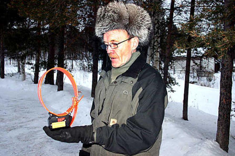Poromies Viljo Hurun pihamännyssä Ivalon Alajoella roikkuu poron GPS-panta, jonka paikka näkyy sekä helikopterissa että tietokoneen näytöllä.