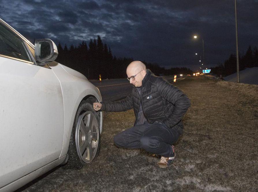 Jaakko Kallion autosta kuoppaan ajo hajotti renkaan ja alumiinivanne vääntyi. Hän odotteli hinausauton tuloa aamulla tienposkessa Iissä.