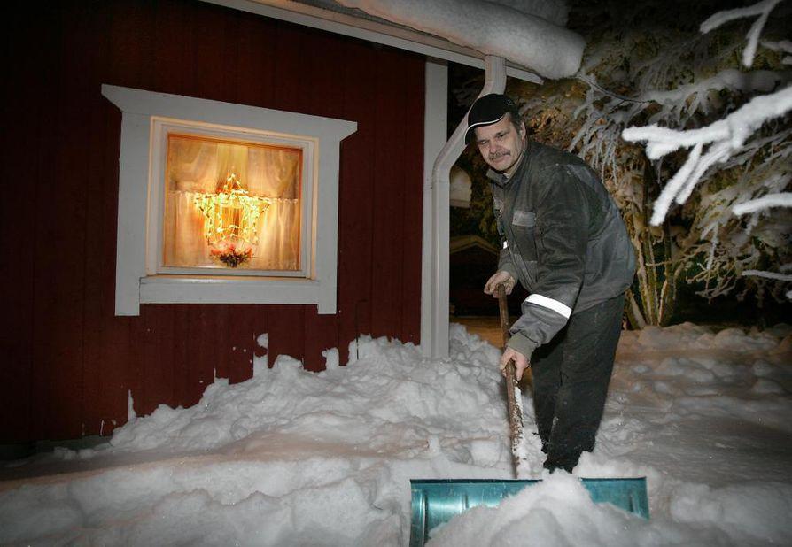 Toivo Toivolan kodin pihaa valaisevat jouluvalot Kittilässä.
