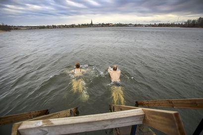 Tekstarit: Uimalaituri äkkiä takaisin veteen!