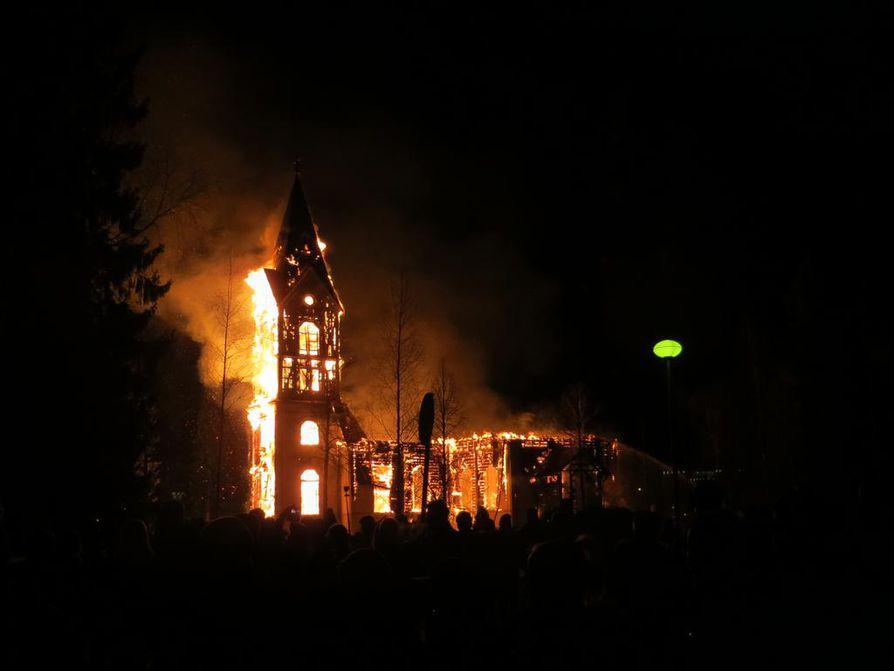 Ylivieskan kirkko tuhoutui täysin tulipalossa pääsiäislauantaina.