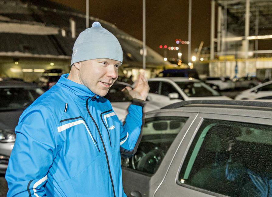 """Marko Paasovaara käyttää lapsiaan viikoittain Ouluhallilla yleisurheiluharjoituksissa. Hänen mukaansa parkkipaikan saa helpoiten aamuisin, mutta arki-iltoina alue on täynnä. """"Jos olen tiennyt, että Kärppien peli on ollut harjoitusten kanssa samaan aikaan, olen suosiolla jättänyt auton muualle."""""""