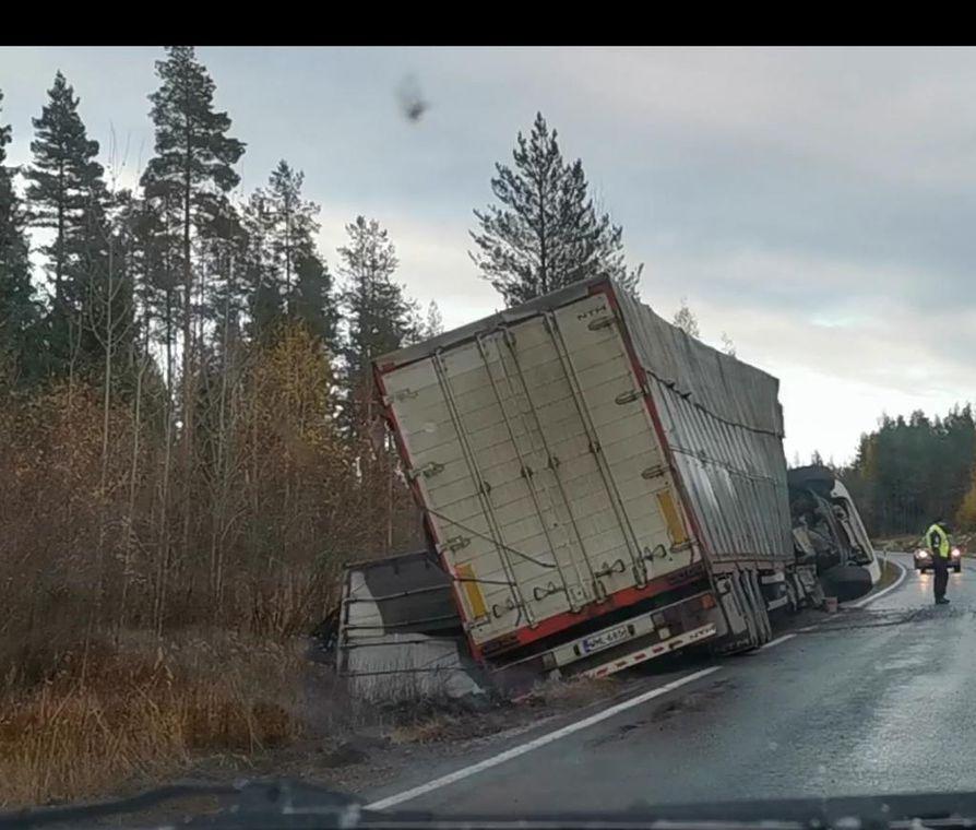Täysperävaunurekka kaatui kyljelleen tiistaina Vihannin ja Raahen välillä.