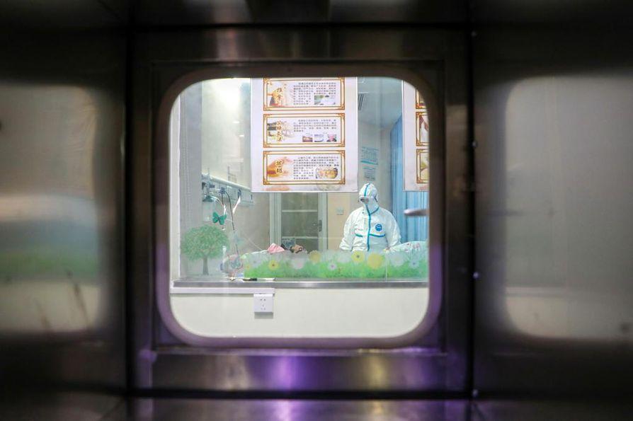 Kansainväliseen teolliseen kehitykseen ja maailmankauppaan vaikuttavat häiriöt heijastuvat aina myös Suomeen. Matkustusrajoitukset tuntuvat suoraan Lapin matkailussa, jossa paras sesonki kiinalaisturistien osalta olisi juuri alkamassa. Hubein maakunnassa Wuhanissa tohtori Zhang Jixian tarkkailee eristyshuoneeseen sijoitettua koronaviruksen sairastuttamaa potilasta.