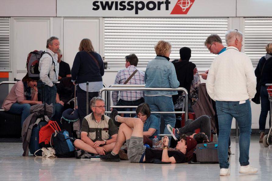 Sadat ihmiset odottivat lentokentällä, kun lennot peruttiin hiekkamyrskyn ja tuulen vuoksi Gran Canarialla.