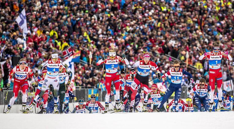 Naisten 30 kilometrin kilpailua oli paikan päällä seuraamassa 15 000 katsojaa.