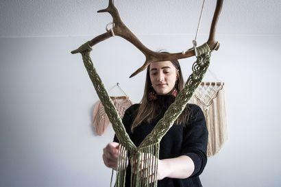Vivian Ottazzi jäi koukkuun solmeiluun – Nyt hän tekee käsityötaidetta koteihin ympäri Suomea