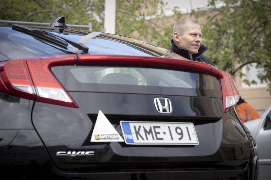 Ajokorttikoulutuksen muutoksen yksi ajatus oli, että ajokorttia hankkiva käyttäisi sekä autokoulu- että opetuslupaopetusta. Sellaista ei ole tapahtunut, liikennekoulu SafetyCarin yrittäjä Anssi Mäkeläinen sanoo.