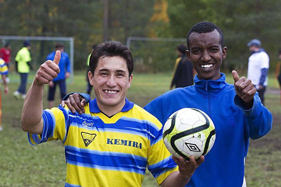 Tahir Shirzad (vas.) ja Haji Abdalkade ovat tyytyväisiä hyvin sujuneeseen jalkapallo-otteluun.
