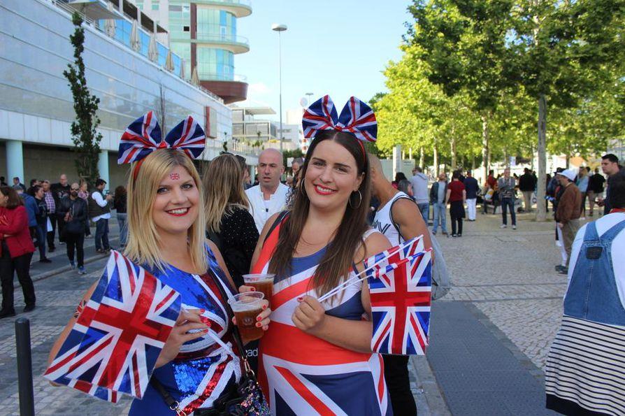 Upeisiin Britannian lippuasuihin pukeutuneet Harriet Jones ja Sophie Cole  suitsuttivat Saara Aaltoa finaalin alkua odotellessaan.
