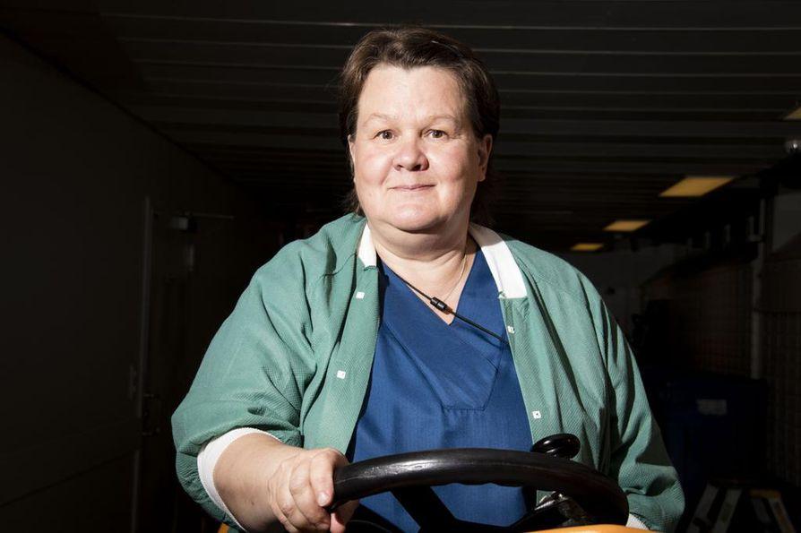 Sairaalahuoltajan yöpäivystystä tekevä Jaana Annala puhdistaa Oysin käytäviä pesukoneella. Puhelimen pirahtaessa, hän rientää avuksi sairaalan päivystäviin yksiköihin - vaikkapa tekemään välisiivousta leikkaussaliin.