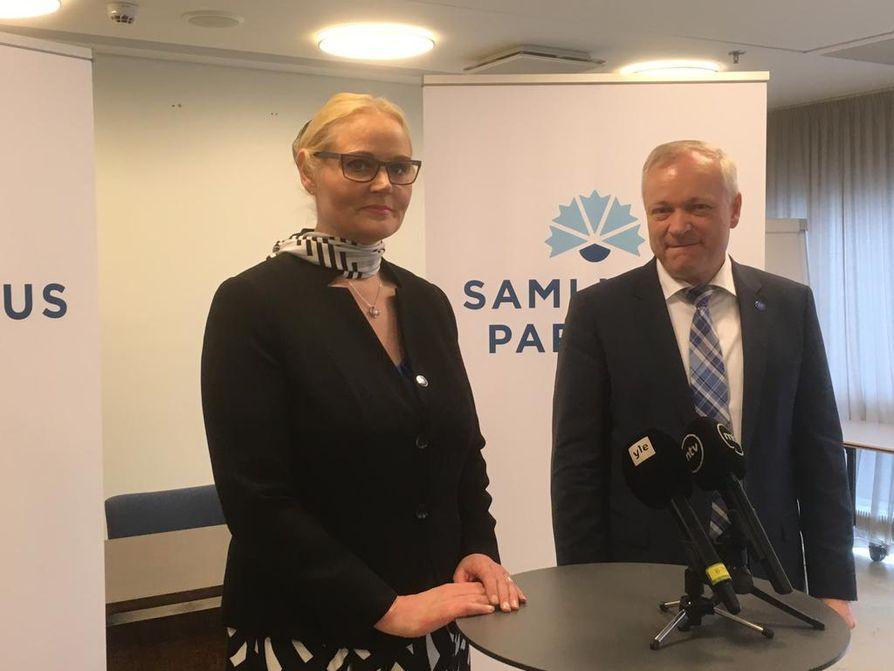 Kokoomuksen eduskuntaryhmän puheenjohtaja Kalle Jokinen toivotti kansanedustaja Veera Ruohon tervetulleeksi kokoomuksen eduskuntaryhmään.