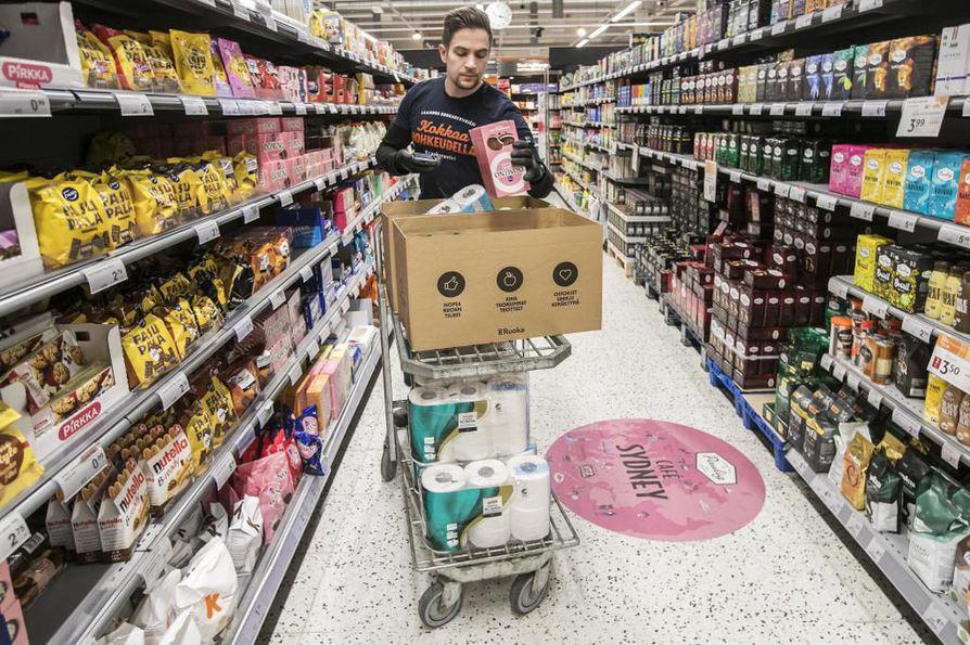 Ruokaostosten verkkokauppa ja kotiinkuljetus ovat koronavirusepidemian myötä digiajan palveluja, jotka ovat viime päivinä kasvaneet suorastaan räjähdysmäisesti. Vuosien markkinoinnin jälkeen tälle palvelulle on nyt äkillista ja kovaa kysyntää. K-Supermarket Joutsensillassa Oulussa Ville Annala keräsi viime joulukuussa tavaroita asiakkaille kotiin kuljetettavaksi tai kaupasta noudettavaksi.