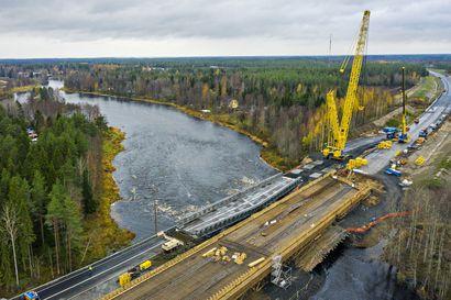 """Kiiminkijoen siltatyömaa syystulvan kourissa, väliaikaista siltaa ei ehkä voida nostaa paikalleen aikataulussa – """"Veden pitäisi laskea radikaalisti"""""""