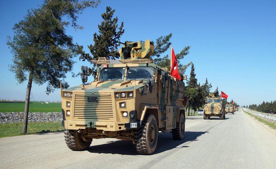 Turkin sotilasajoneuvot olivat liikkeellä Idlibin maakunnassa Syyriassa 8. maaliskuuta.
