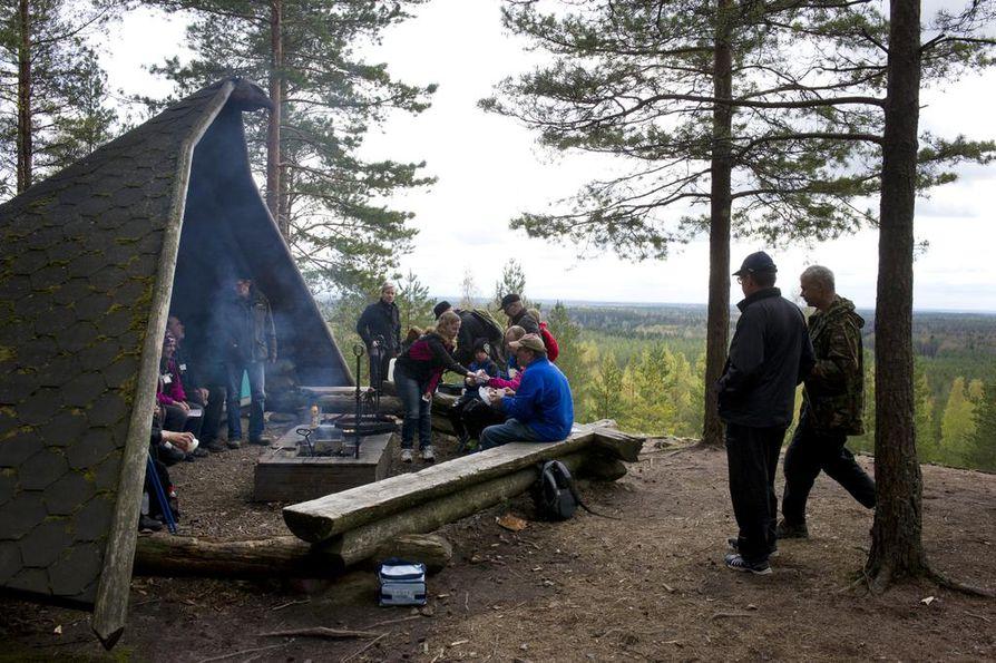 Metsähallitus muistuttaa, että liian tiivis läheisyys retkeilyalueiden taukopaikoilla aiheuttaa tartuntavaaran. Arkistokuva Huovinrinteen ulkoilualueen nuotiopaikalta Säkylästä.