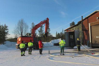 Teollisuushallin katon alla paloi Ivalossa