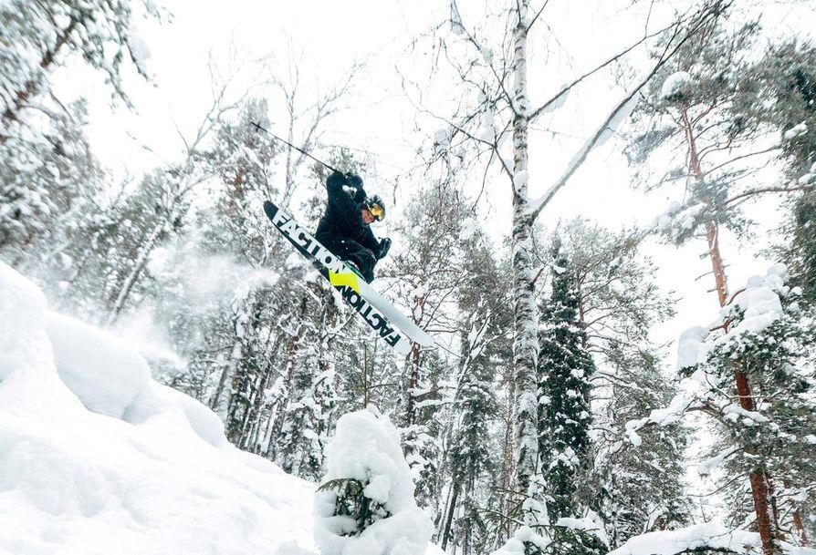 Eetu Rintamaa osallistuu lauantaina Ookkonää Big Air -kutsukilpailun suksisarjaan.