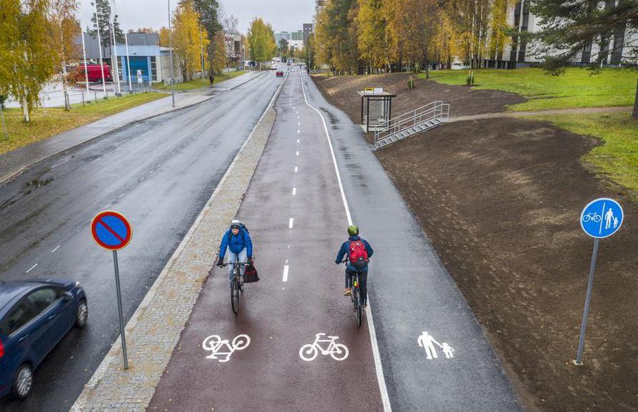 Punaisen pyöräilybaanan viimeiset osat valmistuivat lokakuun ensimmäisellä viikolla Alppilan Kaarnatiellä, jossa yhdistetyn kävely- ja pyörätien osuuden leventäminen vaati tien ajoratojen muuttamista.
