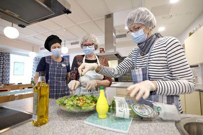 """Seniorit kokkikoulussa – """"Nuorethan tietävät nämä smoothiet ja muut, mutta meidän ikäisille nämä ovat uusia juttuja"""""""