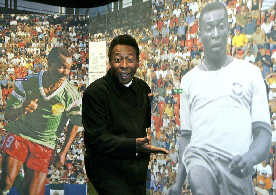 Kuva vuodelta 2004, jollon Pelé poseerasi oman kuvansa vieressä '100 Years of Planet Football' -näyttelyn avajaisissa Sveitsissä.