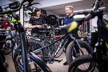 """Sähköpyörä voi rapistaa urheilevan kuntoa – """"Jos ajatellaan, että ennen on mennyt kauppaan tavallisella pyörällä ja nyt menee saman matkan sähköavusteisesti, energiankulutus luonnollisesti laskee"""""""