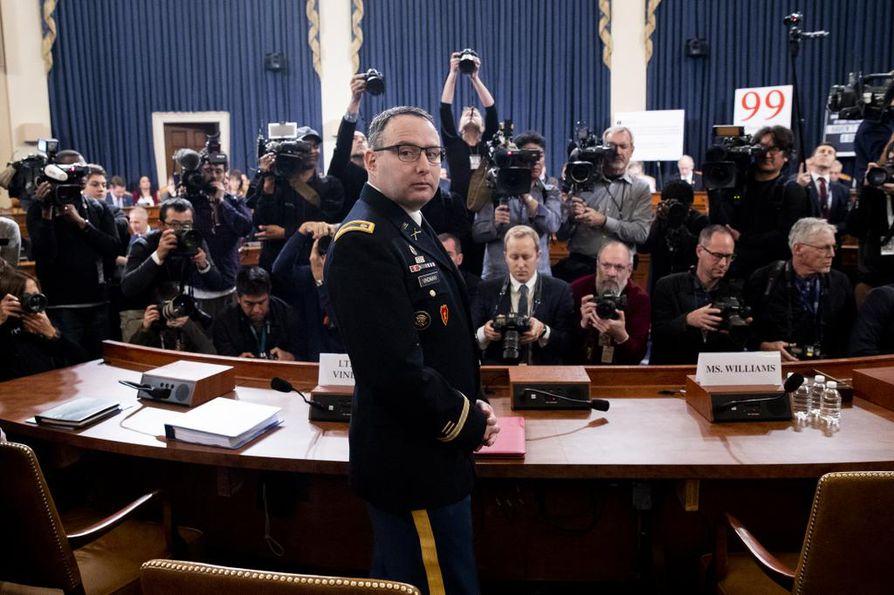 Yhdysvaltain kansallisen turvallisuusneuvoston Ukraina-asiantuntija Alexander Vindman saapui todistamaan tiistaina. Hän kertoi pitävänsä Trumpin puhelinkeskustelua asiattomana ja tuomitsevansa tämän harjoittaman todistajien mustamaalauksen.