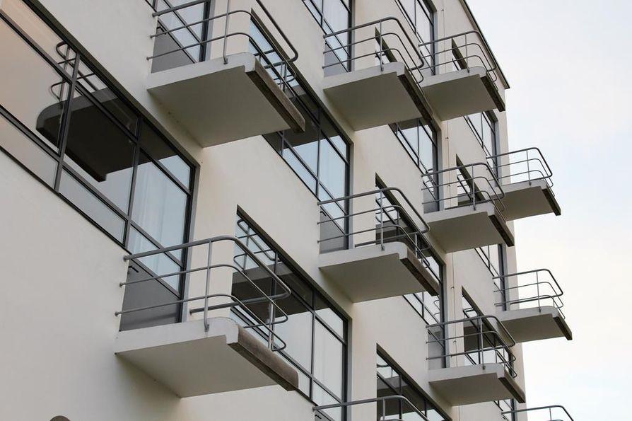 Bauhas-koulun asuntolan kauneus on sen yksinkertaisuudessa ja muotoilussa. Asuntola sijaitsee välittömästi Dessaun Bauhaus-koulun takana.