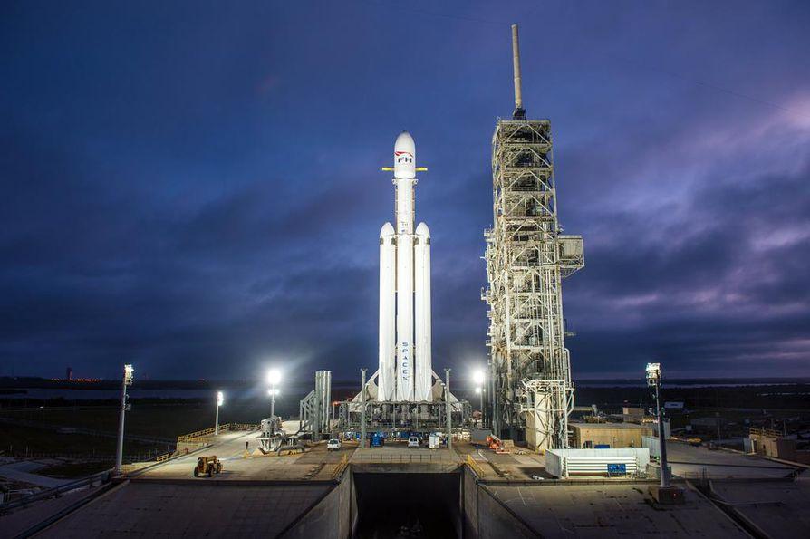 Falcon Heavy -kantoraketti laukaisualustalla Floridassa.