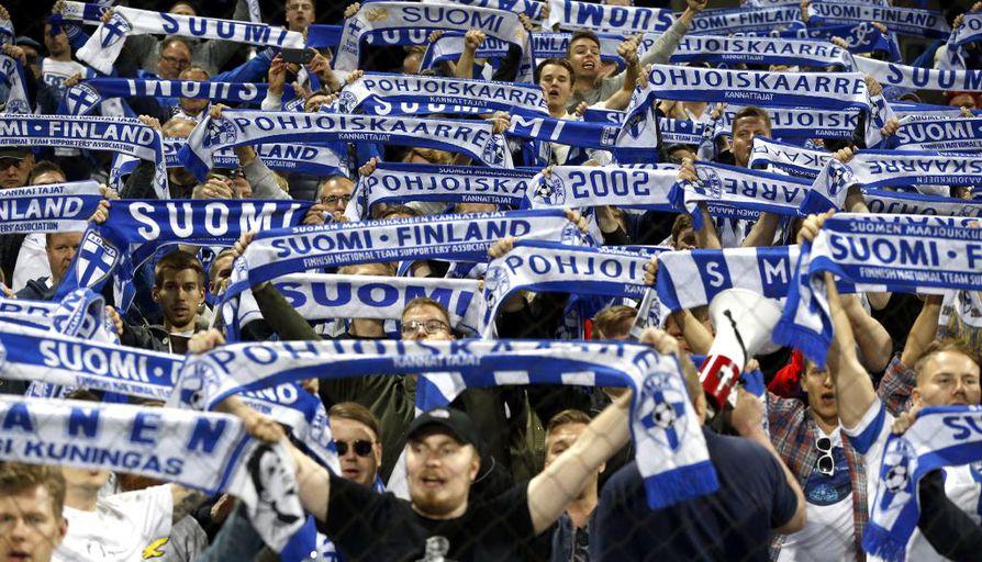 Suomen kannattajat muistivat joukkuettaan tappioon päättyneessä pelissä.