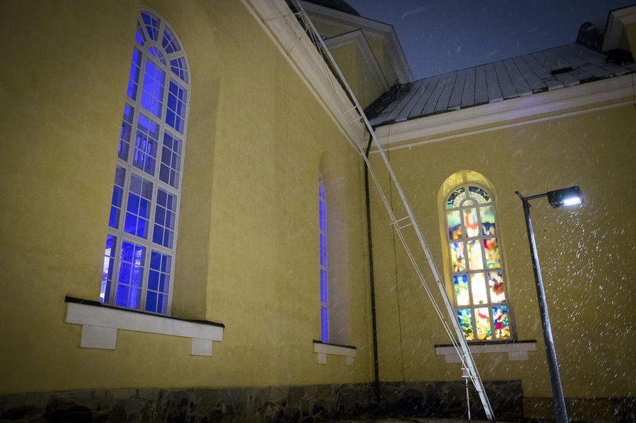 Tuomiokirkon sisätilat valaistiin sinisin sävyin perjantaina.